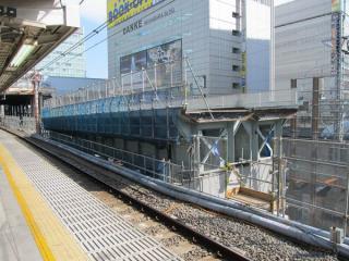 秋葉原駅ホーム脇の佐久間架道橋は二重高架に向けて持ち上げられた。
