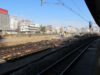 東海道線下り11・12番線ホームから田町車両センターを見る。手前では新しい線路を敷設中。
