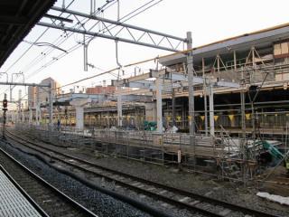 横浜方面へ延長工事中の東海道線下り11・12番線ホーム。