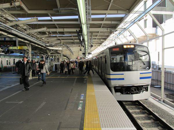 上り10番線に停車中の横須賀線E217系。E217系の機器更新も順調に進行中である。