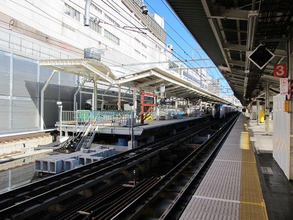 延長準備中の下り9番線ホームを東海道線上り7・8番線ホームから見る。