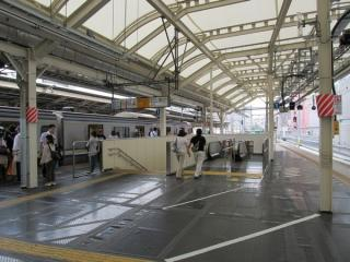 同じ箇所のエスカレータ供用開始後。奥の下り列車も停止位置が変わった。