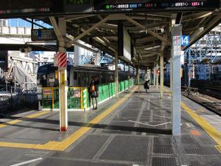 下り9番線停止位置変更前のホーム東京方。