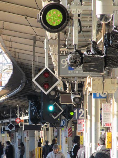 9番線の停止位置変更に伴い移設される信号機。使用開始前のため黒いビニールで覆われていた。