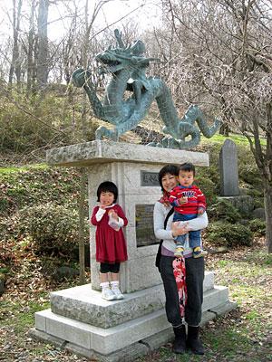 弘法山 泉小太郎像