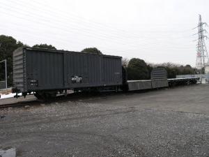 基地の中の貨物列車