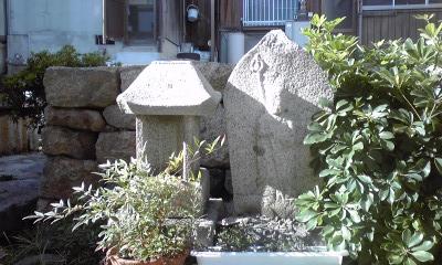 井戸の間の祠と地蔵