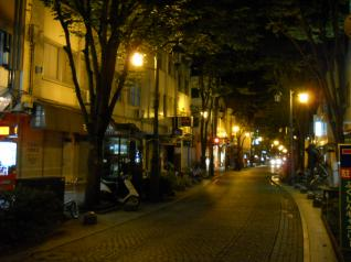 閑散とした夜の街