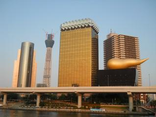 ビル街と東京スカイツリー
