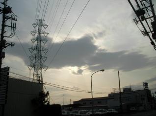 雲と映える鉄塔