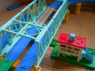 接近する鉄橋と信号場