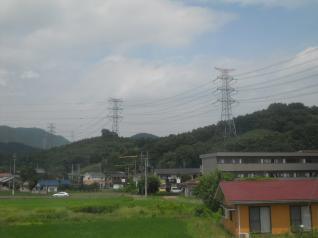 送電線が山を越えてくる