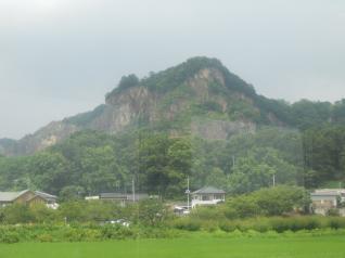 勇ましい山がそびえ立つ