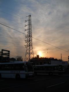 生田線8号と夕日とバス