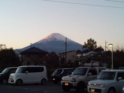 母親が転院した介護老人保健施設あいの郷駐車場から世界遺産の富士山を写メした
