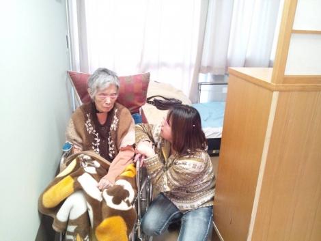 母が転院した介護老人保健施設で胃ろうしながら食事のリハビリを開始し始めたが寂しがりやなので嫁に激励されてる所を写メした