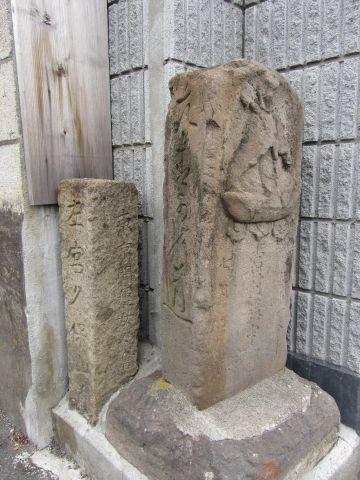 平田諏訪神社入口付近の石仏