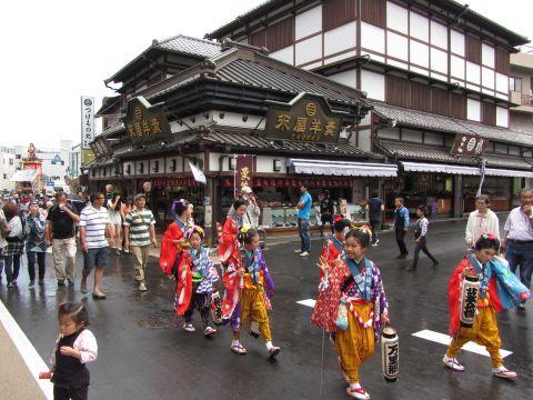 新勝寺門前を出発する花崎町の稚児行列