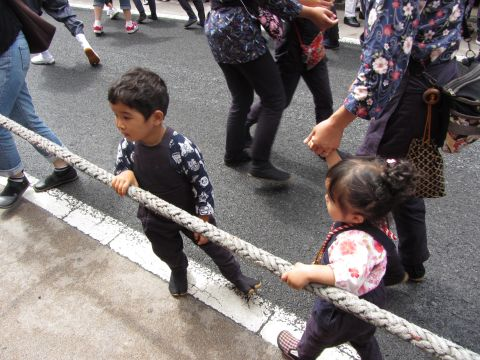 山車を引く子供たち