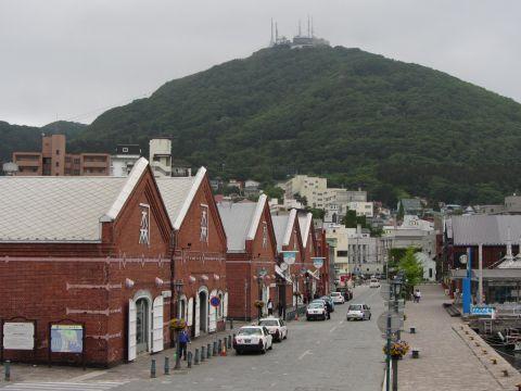赤レンガ倉庫群と函館山