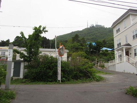 チャチャ登り坂上より函館山を望む