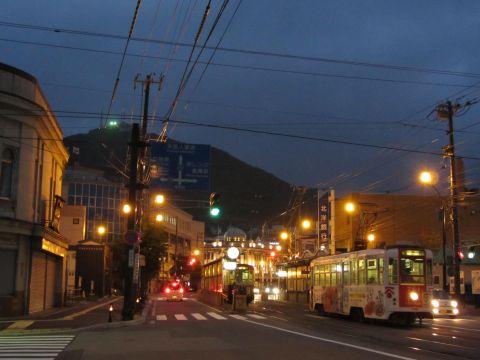 函館市電十字街停留所と函館山