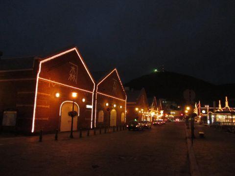 赤レンガ倉庫群と函館山の夜景
