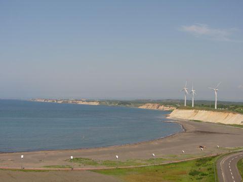 苫前の風車群と海岸