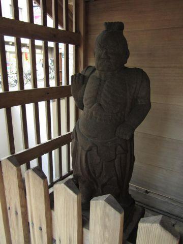 北町の仁王像