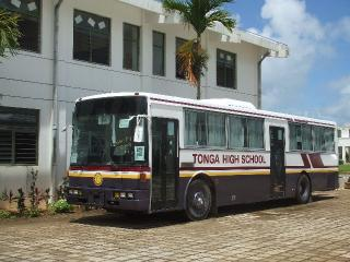 先生も生徒も待って待って待っていたバス。