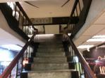 この階段を登って2Fへ