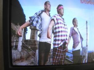 崖に立つ男三人