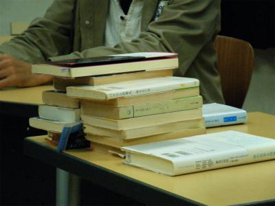 紹介が終わり、先生の机に積み上げられていく本たち