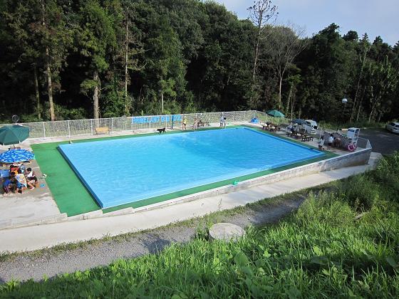 小学校のプールくらいある。