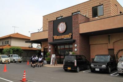 2010-05-28_EOS 7D_1438修正2、「神戸クック、ワールドビュッフェ・福山蔵王店」と女子高生、2010.5.28.、