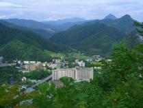 10:21 見晴らし台から見える、定山渓温泉街。