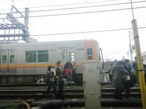 井の頭線の電車から降りる乗客