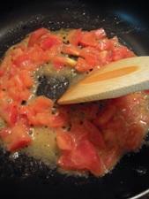 トマトをバターでじっくり炒めて