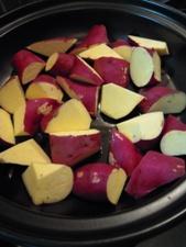 薄く油を引いたタジン鍋に乱切りにしたさつまいもを