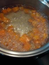 1センチ角のにんじんをスープで茹でて