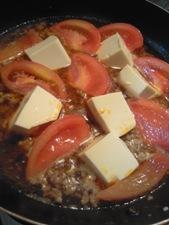 トマトも加えて一緒に煮詰めます