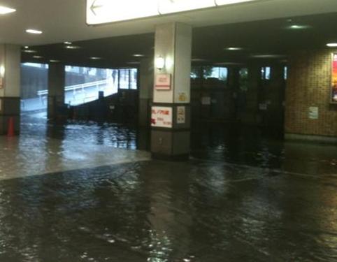 雨 四ッ谷駅