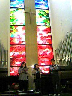 教会で歌う3人