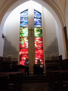 教会で歌う阿部さんと奥野さんとピアニスト杉原さん