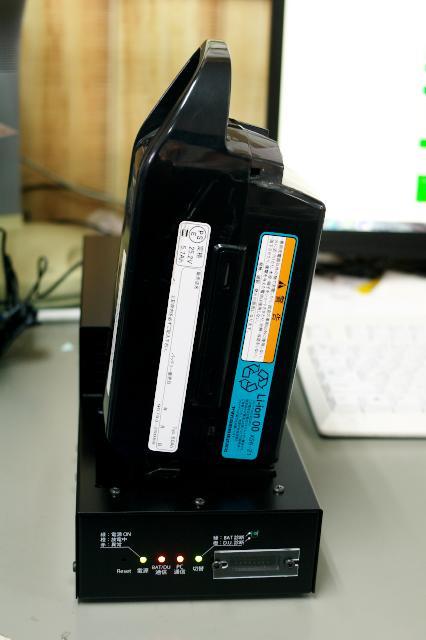 診断機にバッテリーをセット