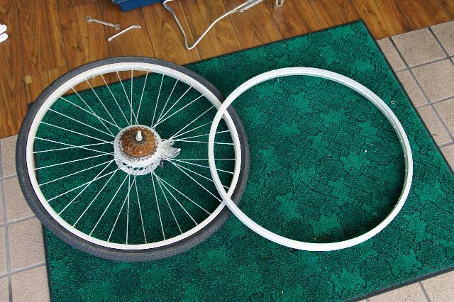 変形した車輪と新品のリム