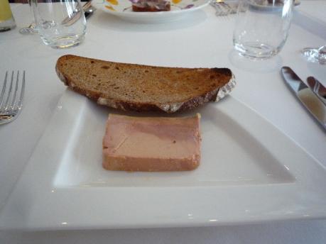 3フォアグラのテリーヌ軽い燻製自家製パン度カンパーニュ添え
