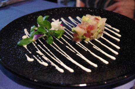 鮮魚のカルパッチョ、バラに見立てたフレッシュズッキーニとトマトのタルタル スパイス風味