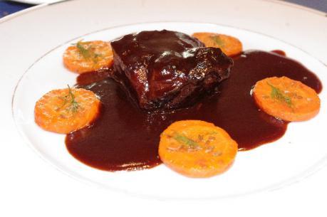 とろける牛ほほ肉の赤ワイン煮 人参のソテー はちみつ・クミン風味