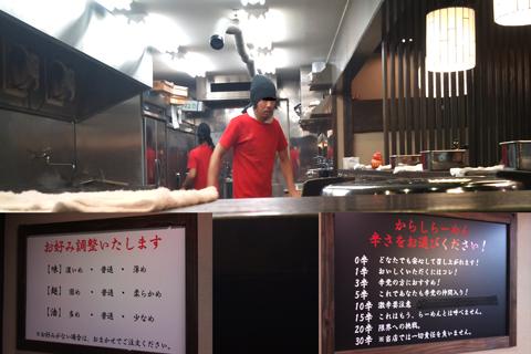 麺屋-だるま店内